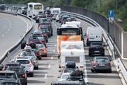Autofahrer mussten sich die Ferien im Süden mit langem Warten verdienen. Der Ferienreiseverkehr staute sich ab Erstfeld bis auf 14 Kilometer Länge. (Bild: Keystone / Urs Flüeler, 14. Juli 2018)