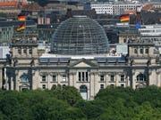 Die Linke und SPD legen jeweils einen Prozentpunkt in der Wählergunst in Deutschland zu. (Symbolbild Reichstag) (Bild: KEYSTONE/AP/MICHAEL SOHN)