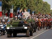 Frankreichs Präsident Emmanuel Macron und Generalstaabschef François Lecointre eröffnen in Paris die Militärparade zum Nationalfeiertag. (Bild: KEYSTONE/EPA REUTERS POOL/PHILIPPE WOJAZER / POOL)