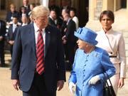 US-Präsident Donald Trump und die Queen haben bei ihrem Treffen laut einem Trump-Interview über den Brexit gesprochen. (Bild: KEYSTONE/AP Pool Getty Images Europe/CHRIS JACKSON)