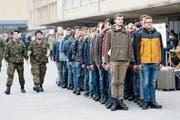 Stramm gestanden: Rekruten beim Einrücken auf dem Waffenplatz Thun. Bild: Peter Klaunzer/Keystone (31. Oktober 2016)