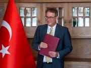Ilhan Saygili, Botschafter der Türkei in Bern, kündigt die voraussichtliche Aufhebung des Ausreisestopps für sieben schweizerisch-türkische Doppelbürger in der Türkei an. (Bild: KEYSTONE/PATRICK HUERLIMANN)
