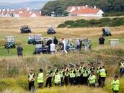 US-Präsident Donald Trump (mit weisser Kappe) vergnügt sich am Wochenende unter schärfsten Sicherheitsvorkehrungen in seinem Golfclub in Schottland. (Bild: KEYSTONE/AP/PETER MORRISON)