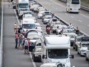 Alle Jahre wieder: Geduldsprobe für Ferienreisende auf der Autobahn A2 am Gotthard. (Bild: KEYSTONE/URS FLUEELER)