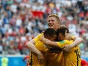 Kevin De Bruyne (Mitte) freut sich mit Eden Hazard (links) und Dries Mertens über das 2:0 (Bild: KEYSTONE/AP/PETR DAVID JOSEK)
