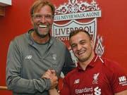 Handshake und gute Laune: Liverpools Trainer Jürgen Klopp mit seinem Schweizer Neuzuzug Xherdan Shaqiri (Bild: HOMEPAGE LIVERPOOL FC)