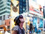 Am New Yorker Times Square gibt es eine Installation, die mit besonderen Brillen betrachtet werden kann. (Bild: KEYSTONE/EPA/JUSTIN LANE)