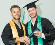 HSG-Professor Wolfgang Jenewein und ehemaliger Eishockey-Profi Mark Streit (r.) bei der Diplomübergabe