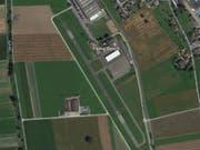 Nicht bis auf die Piste geschafft hat es der Pilot eines Kleinflugzeugs beim Landeanflug in Triengen. (Bild: googlemaps)