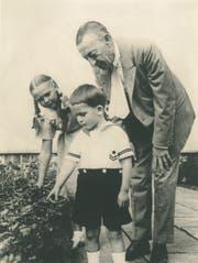 Sergej Rachmaninow mit seinen Enkeln Sofia und Alexander im Garten der Villa Senar in Hertenstein. (Bild PD)