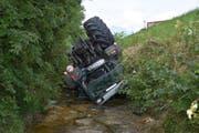 Durch den Sturz in den Rofisbach wurde der Lenker dieses Traktors verletzt. (Bild: Kapo SG)