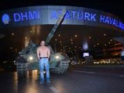 Ein Mann stellt sich in Istanbul einem Panzer der putschenden Militärs entgegen - zwei Jahre später erinnern die Türken mit Gedenkveranstaltungen an den Putschversuch. (Bild: KEYSTONE/AP IHA/ISMAIL COSKUN)