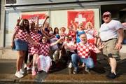 Die Fans posieren vor dem Kulturzentrum Zrinski (Bild: Jakob Ineichen)