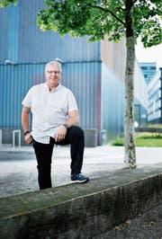 Urs Rinderli vor der Zuger Sporthalle, wo er jahrelang wirkte. (Bild: Stefan Kaiser (7. Juni 2018))