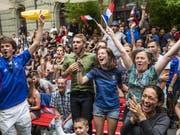 Das «Allez les Bleus» hat gewirkt: Fans der französischen Nationalmannschaft feiern in Bern den Sieg über Kroatien. (Bild: Keystone/Patrick Hürlimann)