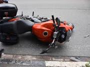 Der Töfffahrer und seine Beifahrerin stürzten in Le Prese GR, nachdem sie eine nasse Gleisanlage überfahren hatten. Beide wurden verletzt. (Bild: Kantonspolizei Graubünden)