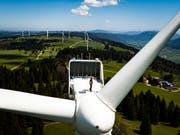 Mindestens zwei Turbinen des Windparks auf dem Mont-Crosin und Mont-Soleil im Berner Jura sind beschädigt worden. (Bild: KEYSTONE/VALENTIN FLAURAUD)