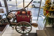 Im Eingangsbereich des neuen Museums steht ein alter Feuerwehrwagen. (Bild: Michel Canonica)