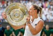 Posiert mit der Wimbledon-Trophäe: Angelique Kerber. Bild: Neil Hall/EPA (14. Juli 2018)