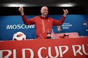 Fifa-Präsident Gianni Infantino im roten Kapuzenjäckchen der freiwilligen WM-Helfer. (Bild: Francisco Seco/AP (Moskau, 13. Juli 2018))