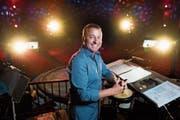 Kapellmeister Ruslan Fil auf dem Orchesterpodium im Zelt des Zirkus Knie. (Bild: Dominik Wunderli (Luzern, 11.Juli 2018))