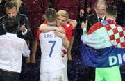 Die kroatische Präsidentin Kolinda Grabar-Kitarović tröstet den enttäuschten Ivan Rakitic (Bild: Keystone)