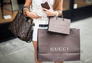 Die Luxusmarken Gucci und Louis Vuitton erfreuen sich immer grösserer Beliebtheit. (Bild: Valentin Flauraud/Bloomberg (Genf, 9. Juni 2012))