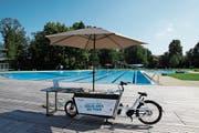 Das Biblio-Bike kommt in vier verschiedenen Badis zum Einsatz. Hier steht es im Freibad Lerchenfeld. (Bild: Fabian Egger)
