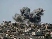 Die Bombardierungen in Syrien nehmen kein Ende - Meldungen über weitere Raketeneinschläge diesmal in der nordsyrischen Provinz Aleppo. (Archivbild von Daraa) (Bild: KEYSTONE/AP Nabaa Media)
