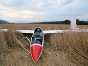 Totalschaden: Ein 77-jähriger Mann ist beim Landeanflug auf das Flugfeld Bellechasse FR in einem Feld gelandet. (Bild: Kantonspolizei Freiburg)