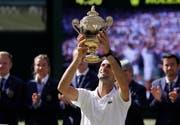 Geniesst den Augenblick: Novak Djokovic, Wimbledonsieger 2018. Bild: Kirsty Wigglesworth/AP (London, 15. Juli 2018)