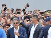 Italien im Ronaldo-Rausch: Cristiano Ronaldo winkt in Turin den filmenden Tifosi zu (Bild: KEYSTONE/EPA ANSA/ALESSANDRO DI MARCO)