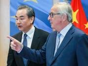 EU-China-Gipfel: Die Chinesen beraten ab dem heutigen Montag mit der EU über ihre Handelsbeziehungen. (Archivbild: EU-Kommissionspräsident Jean-Claude Juncker mit dem chinesischen Aussenminister Wang Yi) (Bild: KEYSTONE/EPA/STEPHANIE LECOCQ)