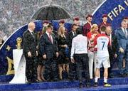 Ivan Raktic wird von der kroatischen Präsidentin Kolinda Grabar-Kitarovic getröstet (Bild: Martin Meissner / AP (Moskau, 15. Juli 2018))