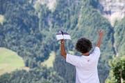 Wie ist der Wind? Dieser Teilnehmer wartet, bis optimale Flugverhältnisse herrschen. (Bild: Urs Flüeler/Keystone, Engelberg, 15. Juli 2018)