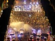 In der Nacht auf Montag kam es während und nach den Jubelfeiern über den Sieg bei der Fussballweltmeisterschaft zu zahlreichen Ausschreitungen und Plünderungen in ganz Frankreich. (Bild: KEYSTONE/EPA/GUILLAUME HORCAJUELO)