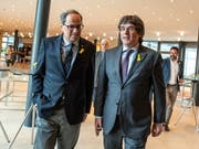 Carles Puigdemont (rechts), der frühere katalanische Regionalpräsident, und sein Nachfolger Quim Torra wollen Katalonien weiterhin auf einen von Spanien unabhängigen Weg führen. Die beiden haben am Montag eine neue separatistische Bewegung gegründet. (Bild: KEYSTONE/EPA/MARKUS HEINE)