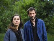 Die Pianistin Vera Kappeler (l) und der Schlagzeuger Peter Conradin Zumthor (r) schaffen in Haldenstein GR eigene Welten zwischen Klängen und Bildern. (Bild: Keystone/GIAN EHRENZELLER)