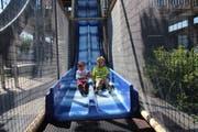 Auf drei verschiedenen Wegen geht es vom Kletterturm hinunter. Samuel und Michael haben sich für die Doppelrutschbahn entschieden. (Bild: Annina Quast)