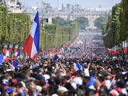 Auf deer Champs-Elysees warten Tausende von Fans auf ihre WM-Helden (Bild: KEYSTONE/AP AFP Pool/ERIC FEFERBERG)