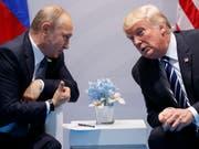 Am heutigen Montag kommen in Helsinki erneut die Präsidenten von Russland und den USA, Putin und Trump, zusammen. (Bild: KEYSTONE/AP/EVAN VUCCI)