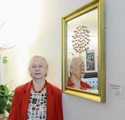 Brigitte Backhaus zeigt in der Raiffeisenbank Trübbach Spiegelbilder mit verschiedenen Motiven. (Bild: Hansruedi Rohrer)