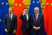 Chinas Premierminister Li Keqiang (Mitte) empfing heute in Peking EU-Ratspräsident Donald Tusk (links) sowie den EU-Kommissionspräsidenten Jean-Claude Juncker in der Grossen Halle des Volkes in Peking. (Bild: Ng Han Guan/AP)