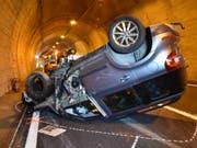 Die Lenkerin hatte Glück. Sie verletzt sich beim Unfall im Landwassertunnel bei Davos nur leicht. (Bild: Kapo GR)