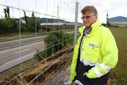Klemens Müller begutachtet den Schadens. Er ist Projektleiter des Hochwasserschutzprojekts im Bereich Wil-Wilen-Rickenbach. (Bild: Hans Suter)