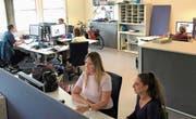 Grossraumbüro bei der Appenzeller Zeitung. Im Vordergrund Redaktorin Alessia Pagani (r.) und Volontärin Miranda Diggelmann. (Bild: Roger Fuchs)