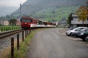 Die geplante Strasse würde entlang der Zentralbahnstrecke und Müller-Martini (rechts im Bild) führen. (Archivbild: Corinne Glanzmann)