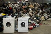 Waschmaschinen, Computer, Küchengeräte: Fast 130000 Tonnen Elektroschrott gab die Schweizer Bevölkerung 2017 zum Recycling. (Bild: Ennio Leanza, Keystone (Regensdorf, 8. April 2013))