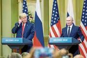 Zufriedene Gesichter nach dem Vier-Augen-Gespräch: Donald Trump (links) und Wladimir Putin an der anschliessenden Pressekonferenz. (Bild: Mauri Ratilainen (Helsinki, 16. Juli 2018))