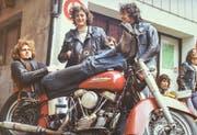 Blacky, Chef der Outlaws, auf seiner 1951er Harley vor dem Jugendhaus St.Gallen, ca. 1971. (Bild: Michel Canonica/Privatarchiv Beat Cina)